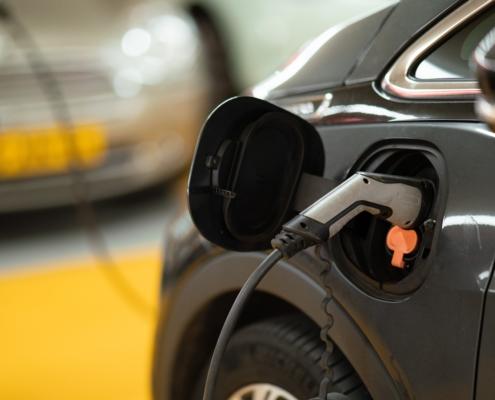 Elektrische auto opladen op kantoor
