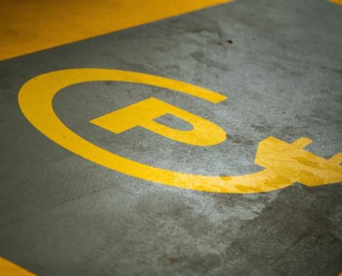 Parkeerplaats voor elektrische auto op kantoor